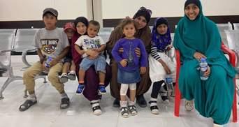 З таборів у Сирії повернулася українська родина – жінка та 7 її дітей