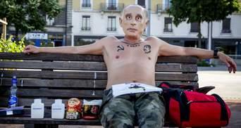 """""""Путин"""" с водкой на лавочке: в Женеве протестовали из-за приезда главы Кремля"""