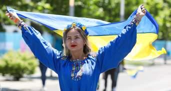 З віночками та прапорами: фанатки вболівають за збірну України – промовисті фото
