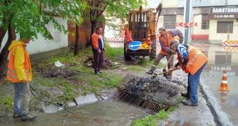 Запрацювали лише після потопу:  в Одесі ремонтували дощоприймачі – фото