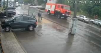 Пожежники майже перекинулись: в Одесі водій ДСНС показав вищий пілотаж – відео