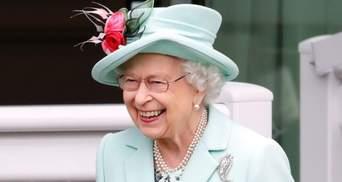 Елизавета II посетила любимые конные гонки Royal Ascot: фото изысканного образа