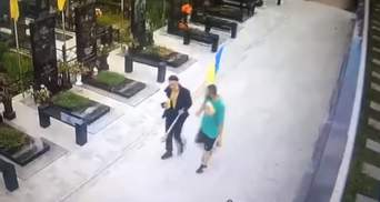 Зірвали прапор з могили військового: вандалізм у Полтаві