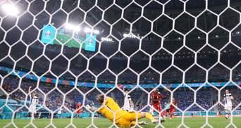 Второй автогол вратаря на Евро: как голкипер Финляндии занес мяч в свои ворота – видео