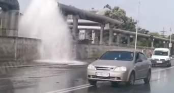У Києві утворився гейзер: прорвало трубу посеред дороги – відео
