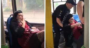 В Одесі жінка курила в тролейбусі: її виштовхали патрульні – відео 18+
