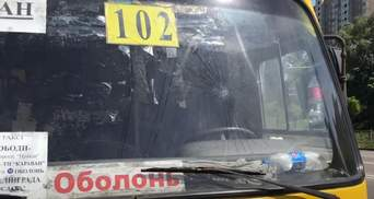 На Виноградаре в Киеве маршрутчик зажал ребенка дверью, за это ему разбили лобовое: видео
