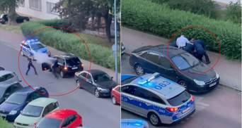 В Польше сразу 8 патрульных не могли усмирить украинца с огнетушителем: видео