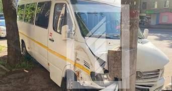 У Кривому Розі маршрутка з пасажирами врізалась у стовп: водій рятував собаку – фото