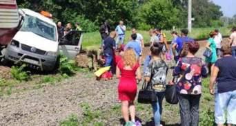 На Харківщині потяг протаранив мікроавтобус: 1 людина в критичному стані – відео, фото