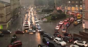 Наслідки негоди у Львові: усе місто стоїть в шалених заторах – фото