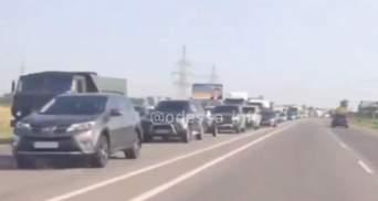 Люди їдуть до моря: на в'їзді до Одеси утворилися величезні затори