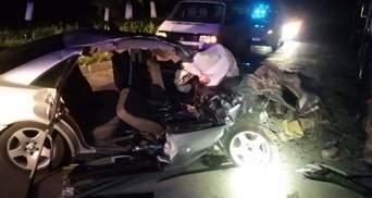 Авто превратилось в металлолом: на Львовщине водитель Audi влетел в грузовик – фото