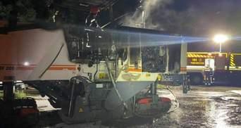 В Николаеве вандалы подожгли технику, которая ремонтировала мост: видео пожара