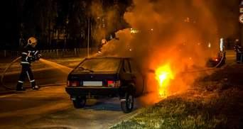 В Киеве посреди дороги полностью сгорел автомобиль: огонь тушили 14 спасателей – фото