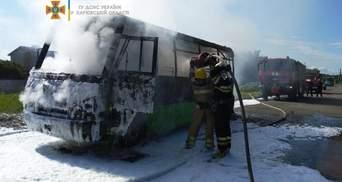 В Харькове загорелась маршрутка: внутри были пассажиры – видео