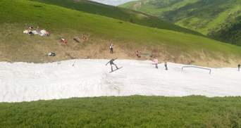 Сезон триває: в Карпатах туристи катаються на лижах у купальниках і шортах – фото