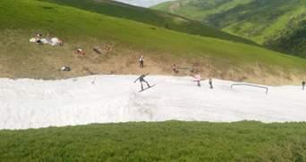 Сезон продолжается: в Карпатах туристы катаются на лыжах в купальниках и шортах – фото