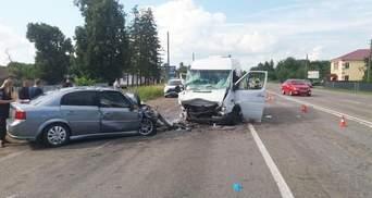 На трассе Киев – Чернигов столкнулись микроавтобус и легковушка: пострадали 9 человек