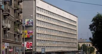 У центрі Львова на тротуарі мили автівки зі шланга: відео