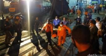 В Індонезії пішло на дно судно з понад пів сотнею людей: є жертви – відео