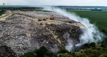 Под Тернополем вторые сутки горит свалка: фото