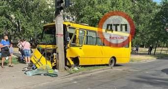 На Воскресенці у Києві маршрутка на повному ходу влетіла у стовп, є постраждалі: фото