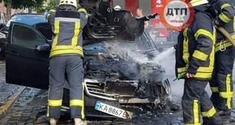 """Под офисом """"Нафтогаза"""": в центре Киева сгорел Mercedes, его владелец сбежал – видео"""