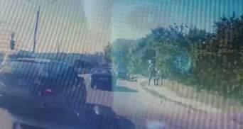 У Харкові водій погрожував пістолетом після аварії: відео