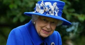 Королева Елизавета II покорила ярким образом в синем пальто: фото и видео