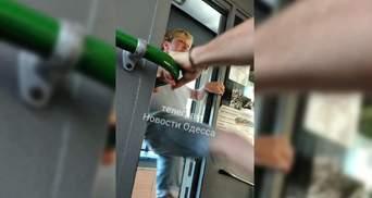 В Одесі водійка тролейбуса вдарила пасажира в інтимне місце: відео
