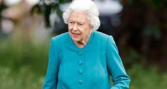 Королева Елизавета II ошеломила образом в бирюзовом пальто и солнцезащитных очках: фото
