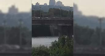 У Києві утворився видовищний водоспад на мосту Патона: відео