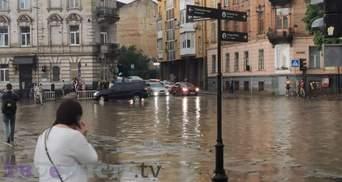 """Озеро замість дороги: чому у Львові постійно """"плаває"""" вулиця Сахарова – фото"""