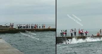 Студенти Морської академії в Одесі відсвяткували випускний стрибками у море: ефектне відео