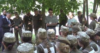 После скандала с марша на каблуках Таран и Хомчак встретились с курсантками: видео