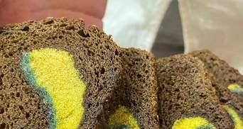 """""""І поїв, і рот помив"""": у Дніпрі продали хліб з губкою для посуду всередині – фото"""