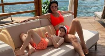 Маша Ефросинина позировала в оранжевом купальнике: фото с сыном в Турции
