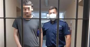 Шарпав і бив кулаками: у Польщі українець ледь не убив свою матір
