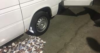 Перевозив у баку сигарети: львівські митники забрали у чоловіка авто – фото