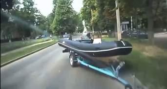 Човен протаранив авто в Харкові: його власник одразу втік – відео