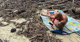 Туристы в Сочи загорают на пляже среди кучи мусора: фото