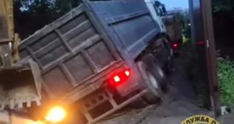 У Києві під землю провалилися трактор та вантажівка з причепом: відео