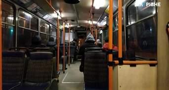 """""""Дами танцюють і бухають"""": у Дніпрі гучну гулянку в тролейбусі влаштував водій – відео"""