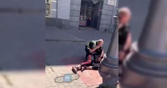 """Довго кричав """"F**k Ukraine"""": у Харкові затримали іноземця-неадеквата – відео 18+"""