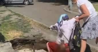 У Києві на вулицях утворились ями з водою: в одну впала жінка, – відео