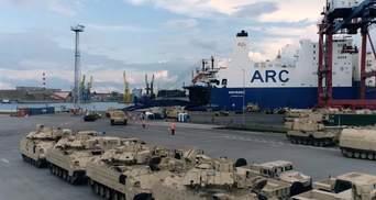 У порту Польщі вигрузили багато військової техніки зі США: потужне відео
