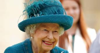 Єлизавета II зачарувала новим образом в елегантному пальті: фото усміхненої королеви