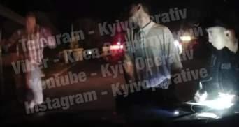 У Фастові під Києвом чоловік стрибав на службову автівку та вдарив поліцейського: відео
