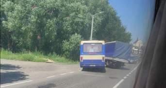 Возле Львова маршрутка влетела в грузовик: фото и видео
